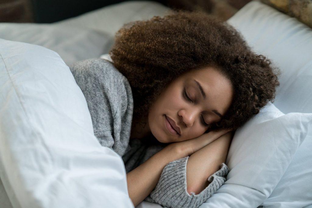 Mulher agasalhada dormindo | Por que sentimos mais sono no frio?Mulher agasalhada dormindo | Por que sentimos mais sono no frio?