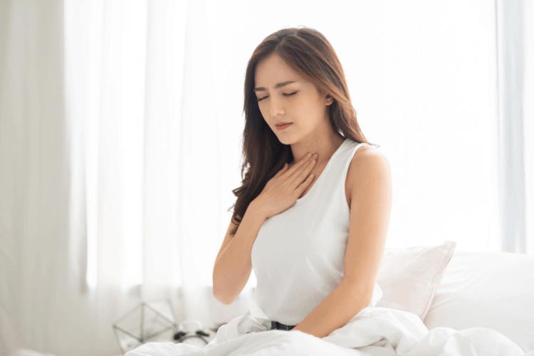 Mulher sente refluxo gástrico | Como evitar que o refluxo atrapalhe o sono?