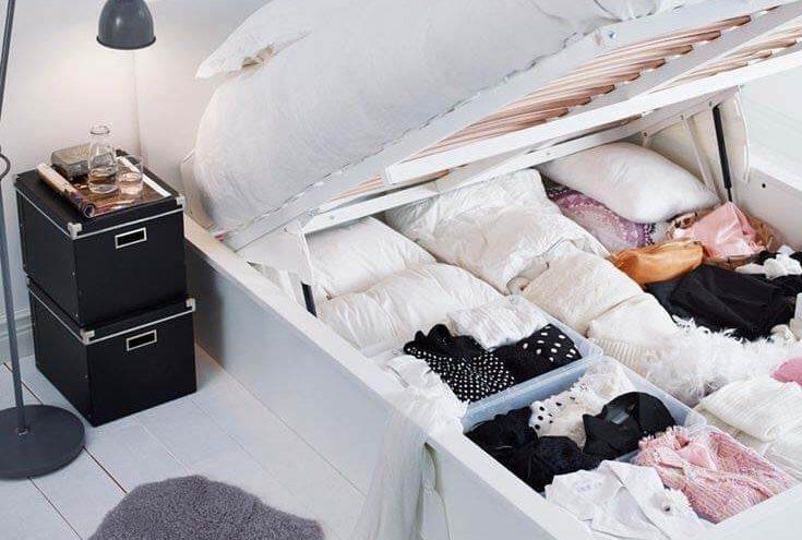 Formas de organizar o baú de uma cama