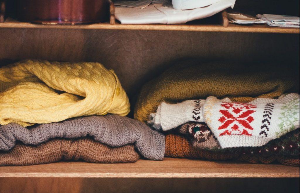 Roupas de frio no armário