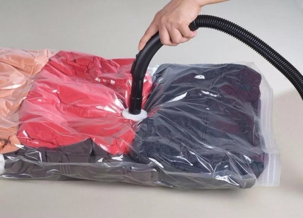 Organizadores a vácuo comprimindo o espaço das roupas
