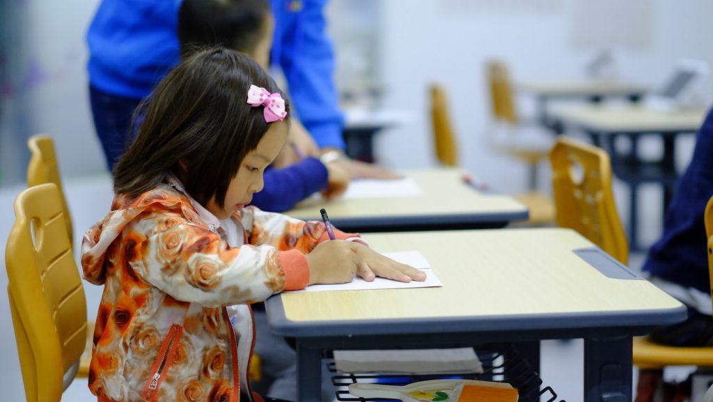 criança escrevendo na escola com sono excessivo